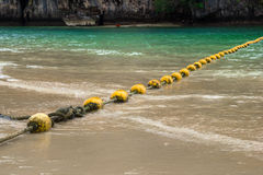 在海的风景看法有黄色浮体的和从Phra Nang的一个岩石靠岸 库存图片