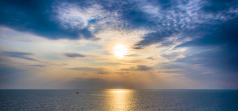在海的风景,剧烈的日落 免版税库存图片