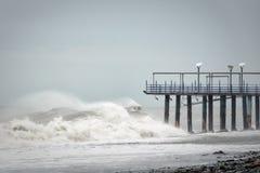 在海的风暴波浪是残破的关于码头 免版税库存照片