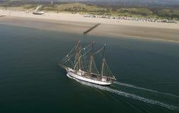在海的风船在海滩前面 免版税库存照片