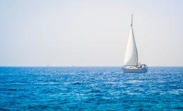 在海的风船游艇 免版税图库摄影