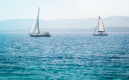 在海的风船游艇 免版税库存照片