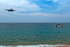 在海的飞机,小船 免版税库存图片