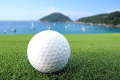 在海的高尔夫球 免版税库存图片