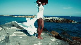 在海的黑人女孩 股票视频