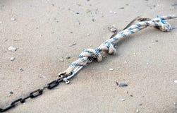 在海的绳索和金属链子 图库摄影