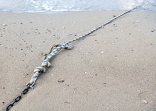 在海的绳索和金属链子 免版税图库摄影