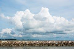 在海的水坝岩石 免版税库存图片