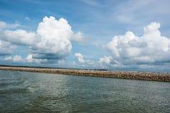 在海的水坝岩石 免版税图库摄影