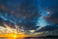 在海的黑暗的云彩日落的 免版税库存图片