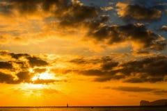 在海的黑暗的云彩日落的 库存照片