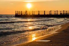 在海的10月2016金黄日落 免版税库存照片