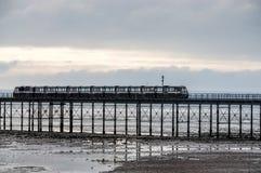 在海的SOUTHEND, ESSEX/UK - 11月24日:如此运行的火车  库存照片