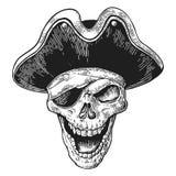 在海盗的头骨给眼睛补丁和帽子微笑穿衣 黑葡萄酒板刻传染媒介 免版税库存照片