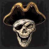 在海盗的头骨给眼睛补丁和帽子微笑穿衣 黑葡萄酒板刻 库存照片