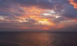 在海美丽的桔子的日落 库存照片