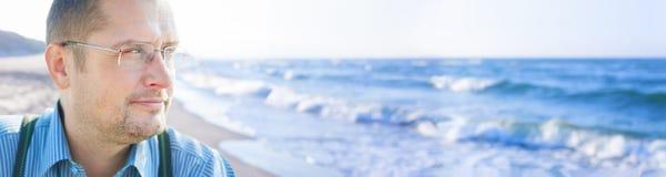 在海背景全景之外的人中年 免版税库存图片