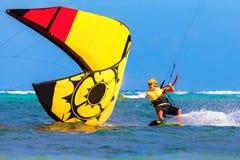 在海背景极端体育Kitesur的年轻smiing的kitesurfer 免版税图库摄影