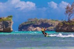 在海背景极端体育Kitesurfing的年轻kitesurfer 免版税库存图片
