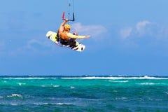 在海背景极端体育Kitesurfing的年轻kitesurfer 免版税图库摄影
