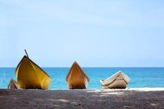 在海背景的三条小船 库存照片