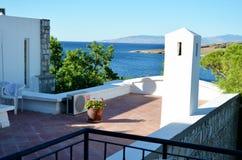 在海背景的传统白海大阳台 库存图片