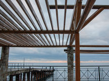 在海背景的木眺望台 免版税库存图片
