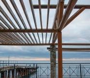 在海背景的木眺望台 免版税图库摄影