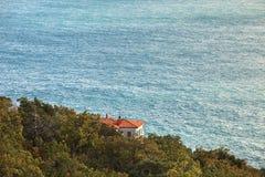 在海背景的村庄 免版税库存照片
