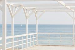 在海背景的白色木眺望台 选择聚焦 库存照片