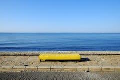 在海背景的长凳 图库摄影