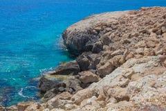 在海角格雷科的多岩石的海滩 免版税库存照片