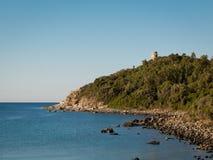 在海角的撒拉逊人塔在沙丁鱼海岸的意大利:塔 图库摄影