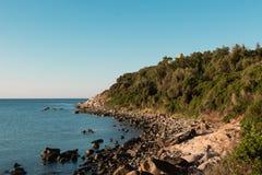 在海角的撒拉逊人塔在沙丁鱼海岸的意大利 免版税图库摄影