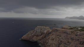 在海角福门特拉岛的灯塔在北部马略卡,西班牙海岸  艺术性的日出和黄昏landascape 股票视频
