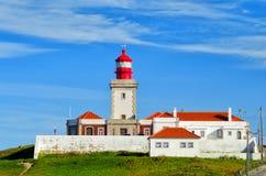 在海角罗卡的灯塔 罗卡角最西部的点在欧洲 地标在辛特拉和里斯本,葡萄牙 库存照片