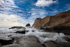 在海角Kiwanda的干草堆岩石沿俄勒冈海岸 库存图片