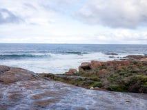 在海角Leeuwin灯塔附近的海岸 免版税库存图片