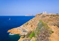 在海角Sounion的Poseidon寺庙在雅典,希腊附近 免版税库存照片