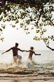 在海跑的夫妇 免版税图库摄影