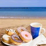 在海边咖啡馆供应的早餐 库存图片