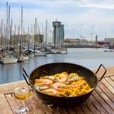 在海边咖啡馆,巴塞罗那的海鲜肉菜饭 免版税库存图片