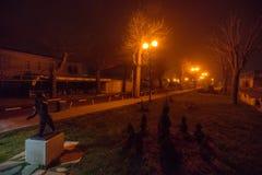 在海边大道上夜有雾的波摩莱在保加利亚 库存图片