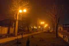 在海边大道上夜有雾的波摩莱在保加利亚 免版税库存照片