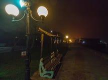 在海边大道的灯夜有雾的波摩莱在保加利亚 库存照片