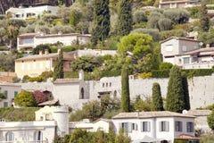 在海边小山的豪华石别墅与橄榄色的庭院 免版税库存照片