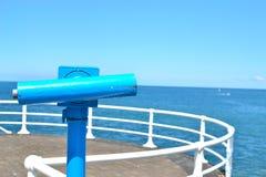 在海边散步的望远镜 免版税库存照片