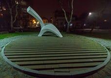 在海边散步的纪念碑夜有薄雾的波摩莱在保加利亚 库存照片