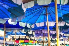 在海边的伞 免版税库存图片