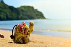 在海边的可爱的大象玩具 免版税库存图片